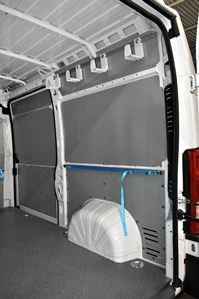 21_Cargo retaining straps on a Ducato's right side wall