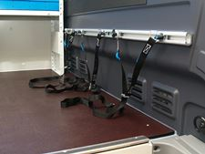 01_blocking cargo system with bars and straps for vans